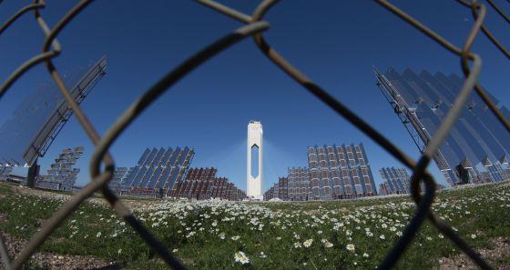 Planta solar de Abengoa en Sanlúcar la Mayor (Sevilla). / PACO PUENTES (EL PAIS)