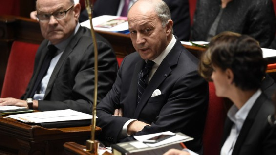 French Foreign Affairs minister Laurent Fabius (C) looks on during a session of questions to the government on December 15, 2015 at the National Assembly in Paris.  AFP PHOTO / ERIC FEFERBERG / AFP / ERIC FEFERBERG