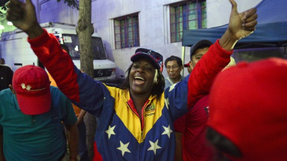 Supporters of Venezuelan President Nicolas Maduro wait outside his headquarters following the closing of polls for the legislative election, in Caracas, on December 6, 2015. Venezuelans voted Sunday in tense elections that could see the opposition seize legislative power from the socialist government and risk sparking violence in the oil-rich, cash-poor nation.   AFP PHOTO / FEDERICO PARRA / AFP / FEDERICO PARRA